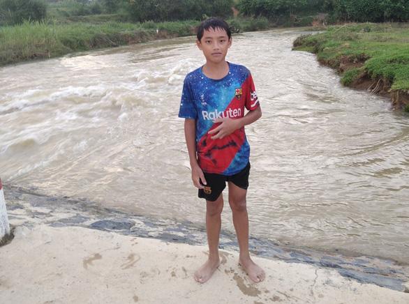 Khen thưởng học sinh lớp 7 dũng cảm cứu em nhỏ đuối nước - Ảnh 2.