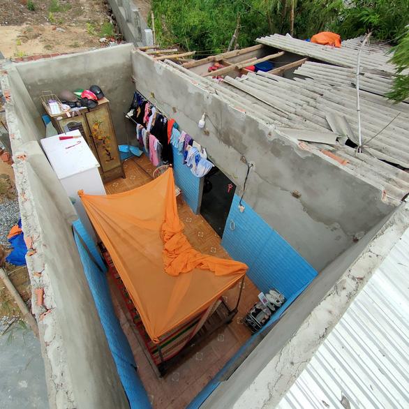 Lốc xoáy ở Quảng Nam làm nhà tốc mái, miền núi xói lở đập tràn - Ảnh 1.
