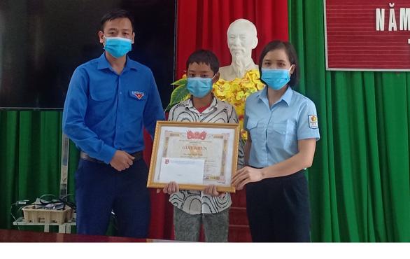 Khen thưởng học sinh lớp 7 dũng cảm cứu em nhỏ đuối nước - Ảnh 1.