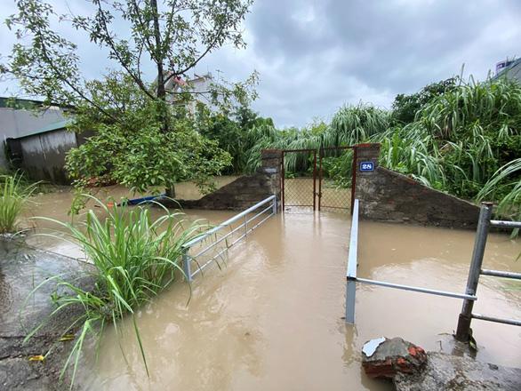 Mưa lớn, nhiều tuyến đường như sông, Quảng Ninh cho xe tải quân sự đón học sinh - Ảnh 5.