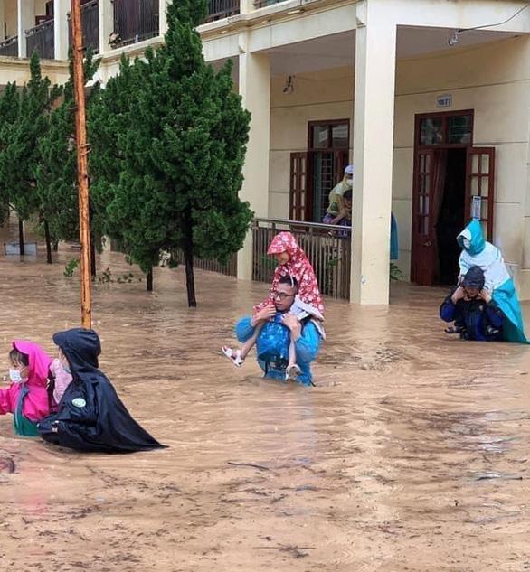 Mưa lớn, nhiều tuyến đường như sông, Quảng Ninh cho xe tải quân sự đón học sinh - Ảnh 2.