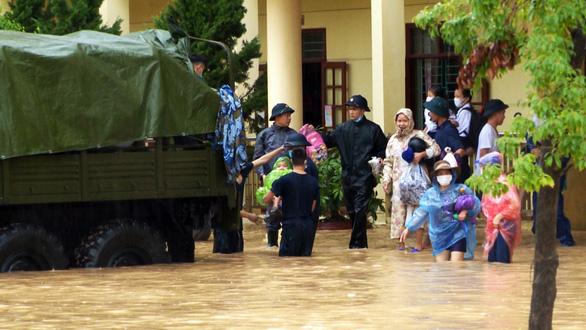 Mưa lớn, nhiều tuyến đường như sông, Quảng Ninh cho xe tải quân sự đón học sinh - Ảnh 1.