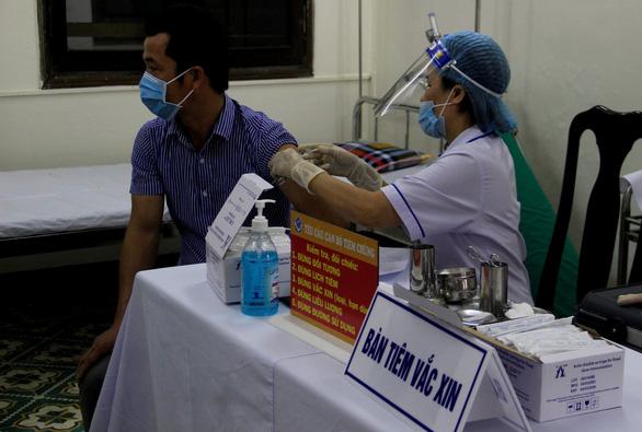 Thiếu... giấy xuất xưởng, 200.000 liều vắc xin phòng COVID-19 chưa thể tiêm cho dân - Ảnh 1.