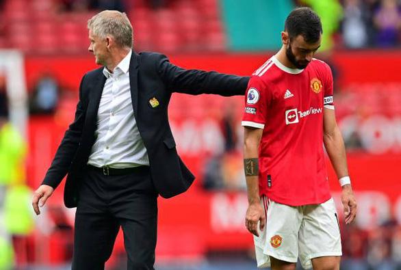 Bruno đá phạt đền lên trời, Man Utd thua trận thứ 2 liên tiếp trên sân nhà - Ảnh 5.
