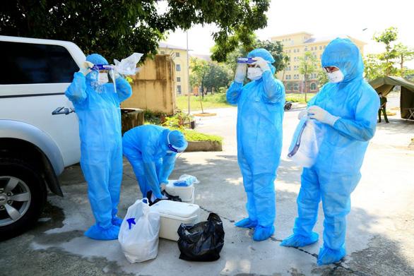 Thêm 8 học sinh và giáo viên mắc COVID-19, Hà Nam lập bệnh viện dã chiến - Ảnh 1.