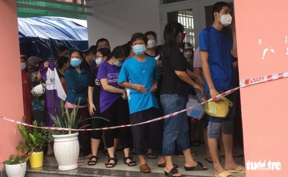Nhiều người dân TP.HCM nhận thông báo tiêm mũi 2, đội mưa đến nơi rồi về vì... thiếu giấy mời - Ảnh 2.