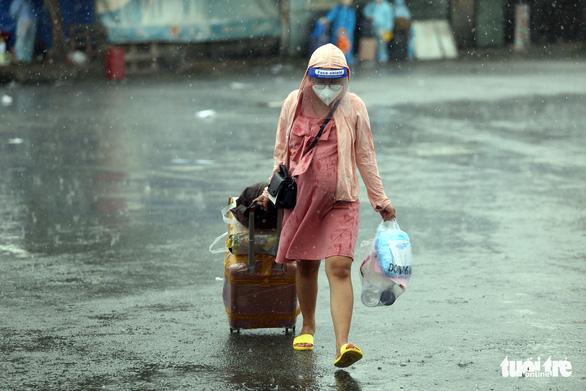 Dầm mưa hỗ trợ hơn 100 phụ nữ mang thai về quê tránh dịch - Ảnh 4.