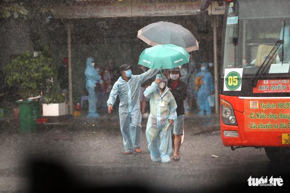Dầm mưa hỗ trợ hơn 100 phụ nữ mang thai về quê tránh dịch - Ảnh 1.