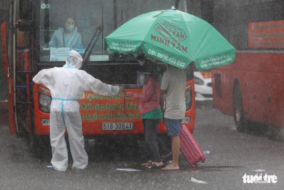 Dầm mưa hỗ trợ hơn 100 phụ nữ mang thai về quê tránh dịch - Ảnh 3.