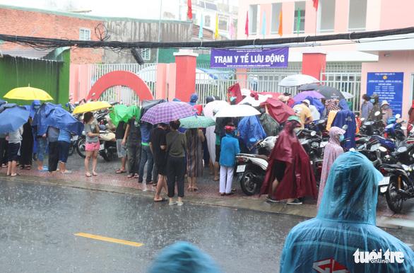 Nhiều người dân TP.HCM nhận thông báo tiêm mũi 2, đội mưa đến nơi rồi về vì... thiếu giấy mời - Ảnh 1.