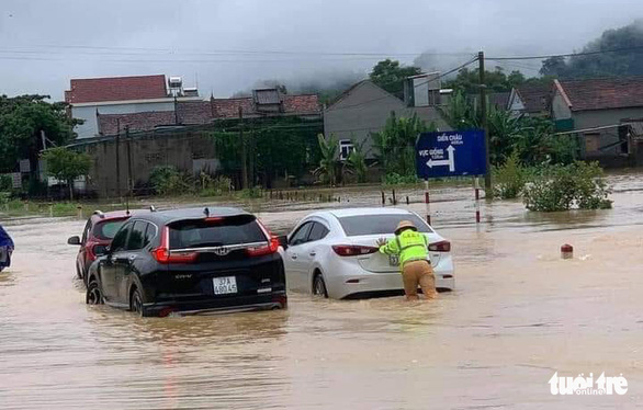 Nghệ An: Mưa dồn dập, hồ thủy lợi, thủy điện xả tràn, chia cắt nhiều nơi - Ảnh 4.