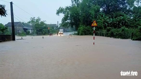 Nghệ An: Mưa dồn dập, hồ thủy lợi, thủy điện xả tràn, chia cắt nhiều nơi - Ảnh 2.