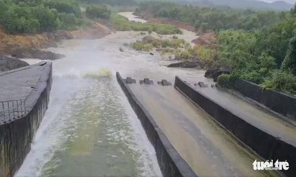 Nghệ An: Mưa dồn dập, hồ thủy lợi, thủy điện xả tràn, chia cắt nhiều nơi - Ảnh 1.