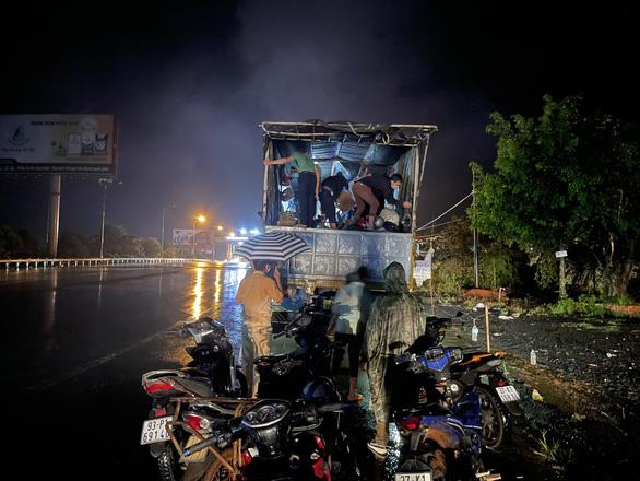 Hỗ trợ 130 công nhân cạo mủ cao su mắc kẹt khi đi từ Bình Phước về Nghệ An - Ảnh 3.