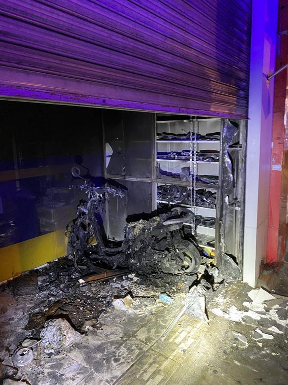 Cảnh sát PCCC phá 2 lớp cửa cuốn, cứu vợ chồng trong căn nhà cháy - Ảnh 2.
