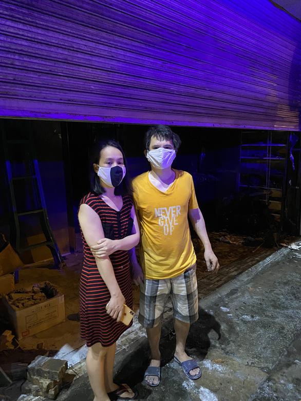Cảnh sát PCCC phá 2 lớp cửa cuốn, cứu vợ chồng trong căn nhà cháy - Ảnh 1.