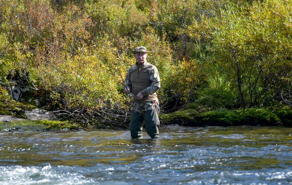 Điện Kremlin công bố hình ảnh Tổng thống Nga đi câu cá, đi bộ ở Siberia  - Ảnh 3.