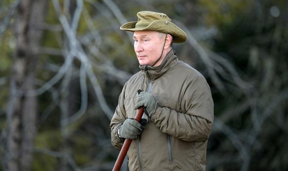 Điện Kremlin công bố hình ảnh Tổng thống Nga đi câu cá, đi bộ ở Siberia  - Ảnh 1.