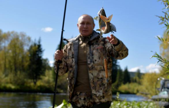 Điện Kremlin công bố hình ảnh Tổng thống Nga đi câu cá, đi bộ ở Siberia  - Ảnh 4.