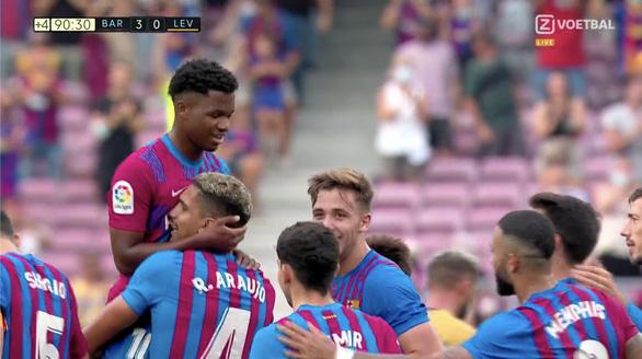 Tái xuất sau 10 tháng, thần đồng Ansu Fati ghi bàn giúp Barca thắng đậm - Ảnh 1.