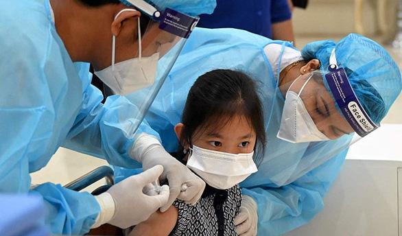 Kinh ngạc tốc độ tiêm vắc xin COVID-19 cho trẻ em ở Campuchia - Ảnh 1.