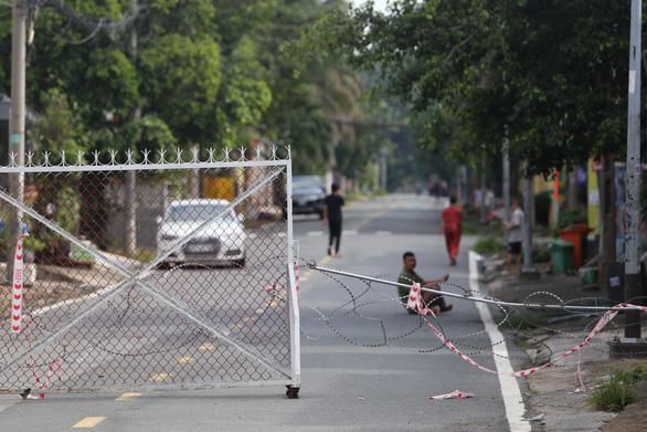 Tháo gỡ rào chắn ở TP.HCM: tháo chướng ngại vật và tâm lý nặng nề cho người dân - Ảnh 2.