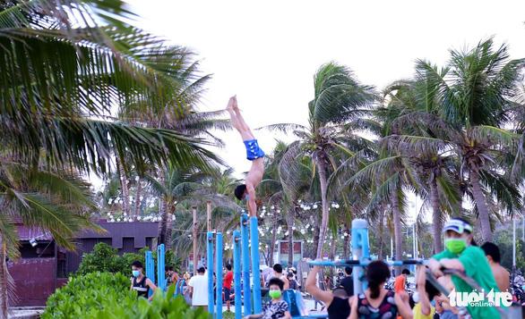 Người dân vùng xanh Đà Nẵng được ra ngoài tập thể dục, dạo biển - Ảnh 5.