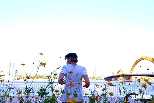 Người dân vùng xanh Đà Nẵng được ra ngoài tập thể dục, dạo biển - Ảnh 4.