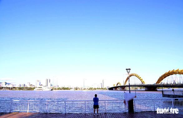 Người dân vùng xanh Đà Nẵng được ra ngoài tập thể dục, dạo biển - Ảnh 3.