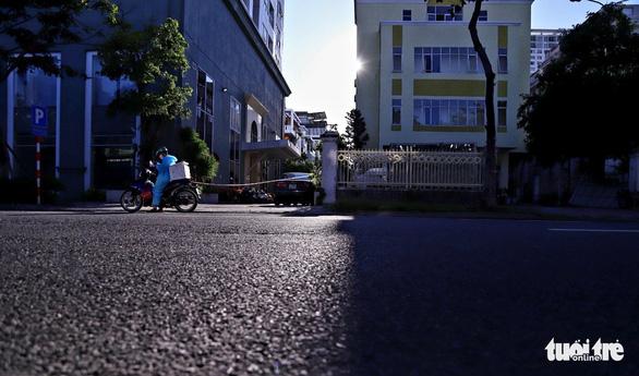 Người dân vùng xanh Đà Nẵng được ra ngoài tập thể dục, dạo biển - Ảnh 7.