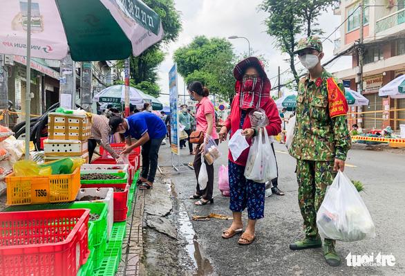 TP.HCM mở chợ dã chiến, dân phấn khởi đi chợ mua đủ loại thực phẩm - Ảnh 7.