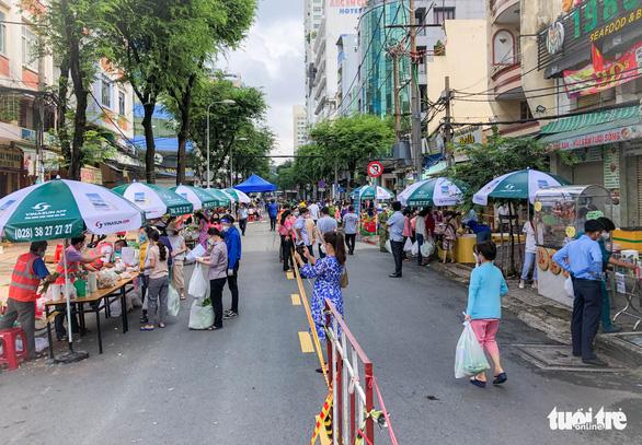 TP.HCM mở chợ dã chiến, dân phấn khởi đi chợ mua đủ loại thực phẩm - Ảnh 6.