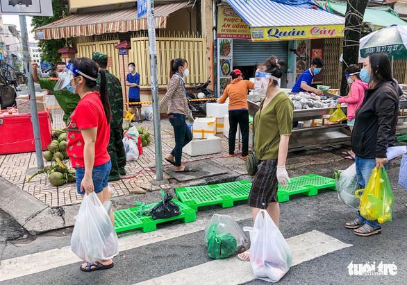 TP.HCM mở chợ dã chiến, dân phấn khởi đi chợ mua đủ loại thực phẩm - Ảnh 5.
