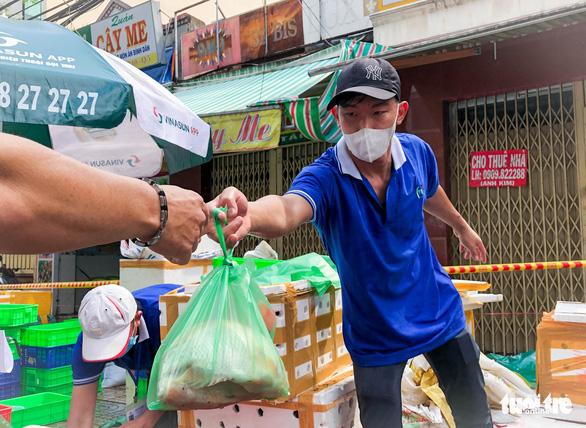 TP.HCM mở chợ dã chiến, dân phấn khởi đi chợ mua đủ loại thực phẩm - Ảnh 8.