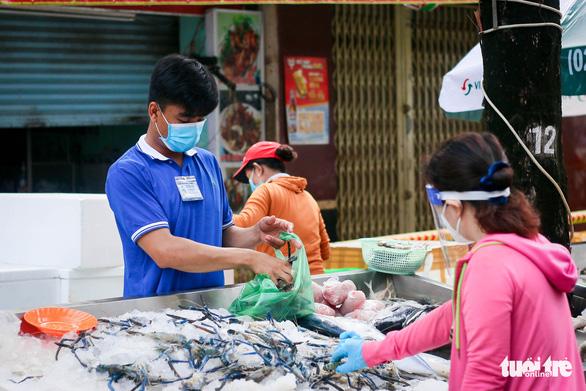 TP.HCM mở chợ dã chiến, dân phấn khởi đi chợ mua đủ loại thực phẩm - Ảnh 3.