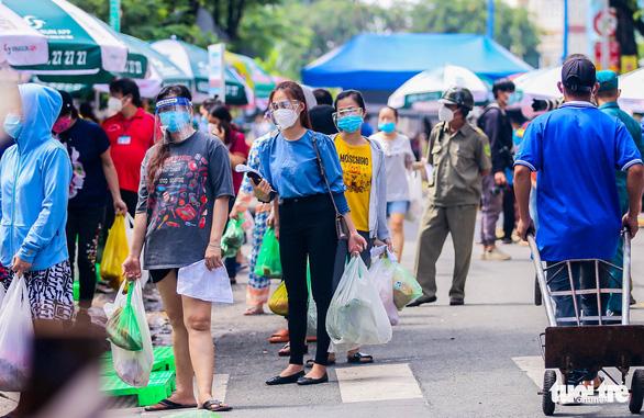 TP.HCM mở chợ dã chiến, dân phấn khởi đi chợ mua đủ loại thực phẩm - Ảnh 1.