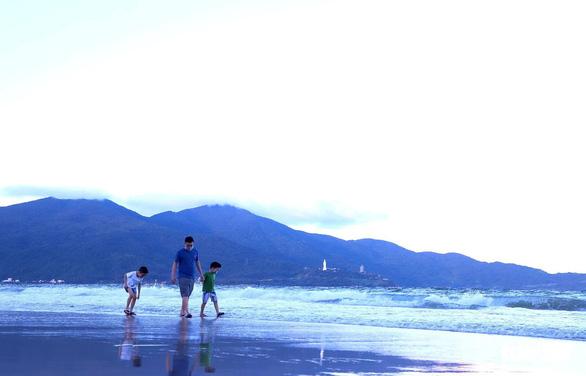Người dân vùng xanh Đà Nẵng được ra ngoài tập thể dục, dạo biển - Ảnh 2.