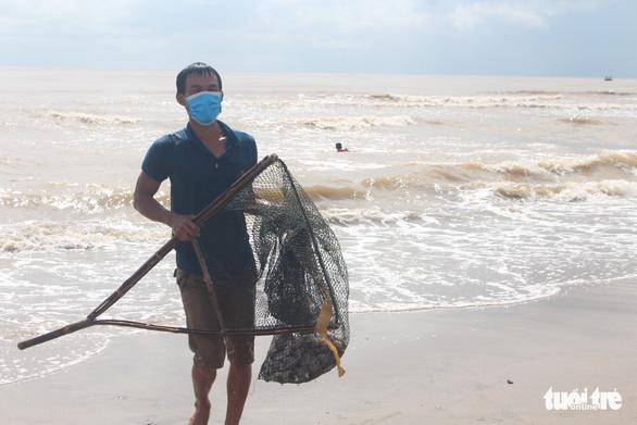 Cả trăm người đi vớt 'lộc biển' dạt vào bờ sau mưa bão - Ảnh 3.