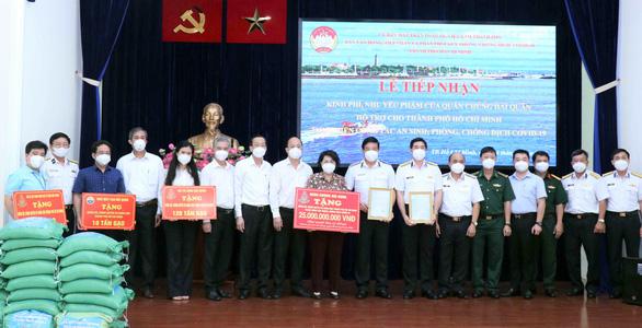 TP.HCM tiếp nhận 25 tỉ đồng và 135 tấn gạo từ Hải quân và Tổng công ty Tân Cảng Sài Gòn - Ảnh 1.