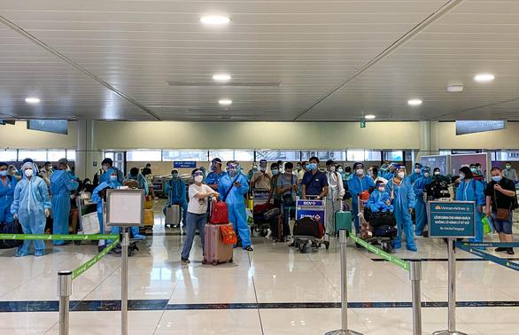 Chuyến bay 'đặc biệt' đón hơn 900 công dân Bắc Giang về quê, có 45 bé dưới 2 tuổi - Ảnh 1.