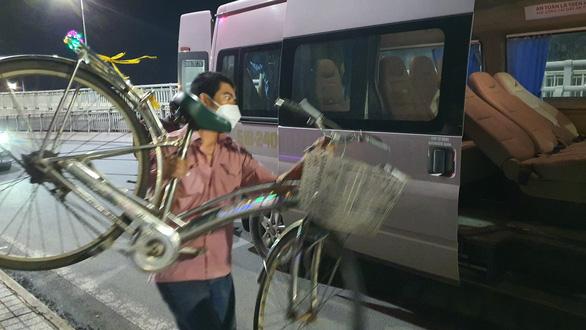 Đôi vợ chồng cùng 2 con nhỏ lội bộ 3 ngày đêm từ Đồng Nai về Tây Ninh, kiệt sức ở Biên Hòa - Ảnh 3.