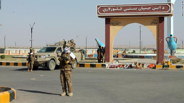 Một tỉnh ở Afghanistan cấm cạo râu và bật nhạc trong tiệm cắt tóc - Ảnh 1.