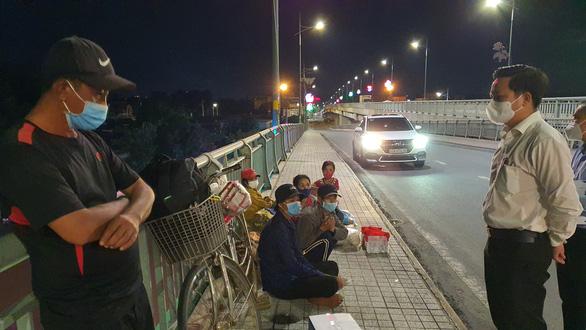 Đôi vợ chồng cùng 2 con nhỏ lội bộ 3 ngày đêm từ Đồng Nai về Tây Ninh, kiệt sức ở Biên Hòa - Ảnh 1.