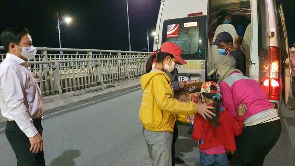 Đôi vợ chồng cùng 2 con nhỏ lội bộ 3 ngày đêm từ Đồng Nai về Tây Ninh, kiệt sức ở Biên Hòa - Ảnh 2.