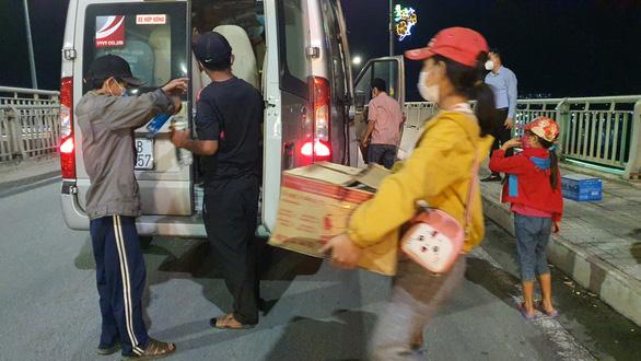 Đôi vợ chồng cùng 2 con nhỏ lội bộ 3 ngày đêm từ Đồng Nai về Tây Ninh, kiệt sức ở Biên Hòa - Ảnh 4.