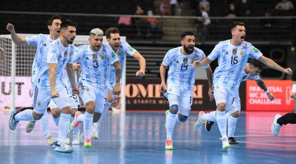 Cùng chật vật vượt qua tứ kết, Brazil chạm trán Argentina tại bán kết World Cup futsal - Ảnh 4.