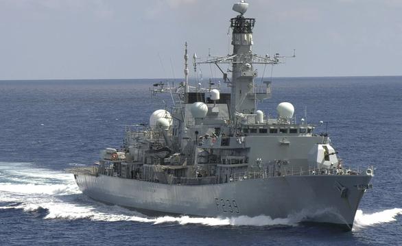 Tàu chiến Anh băng qua eo biển Đài Loan đến thăm Việt Nam - Ảnh 1.