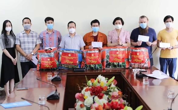 Gửi quà hỗ trợ hơn 100 người nước ngoài tại Hà Nội - Ảnh 1.