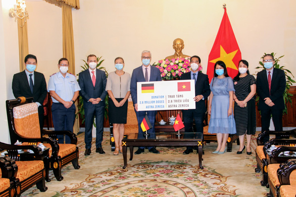 Thêm 2,6 triệu liều vắc xin Đức tặng về đến TP.HCM - Ảnh 2.
