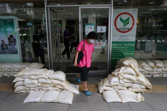 Bangkok và các tỉnh lân cận báo động vì lũ - Ảnh 2.